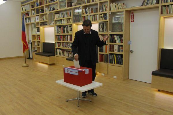 Stimme abgeben - odevzdat hlas (Foto: Archiv des tschechischen Außenministeriums)