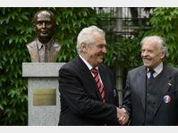 Le buste de François Mitterrand installée dans les jardins du Palais Pálffy, Miloš Zeman et Karel Srp (Photo: ČTK)