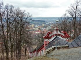 Treppengang aus der Stadt hinauf zum Kloster (Foto: Michal Ritter, CC BY-SA 3.0)