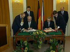 Helmut Kohl a Václav Klaus podepisují česko-německou deklaraci, foto: Česká televize