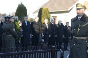 Andrej Babiš and his team began Wednesday by laying a wreath at the grave of Czechoslovakia's first president, T.G. Masaryk, photo: ČTK