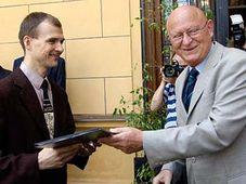 Filip Kadlec avec le président de l'Académie des sciences Vaclav Paces, photo: CTK