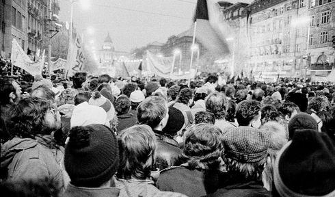 Wenceslas Square, November 1989, photo: Gampe, Wikimedia CC BY 3.0
