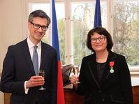 Hana Machková a été décorée au Palais Buquoy des mains de Jean-Pierre Asvazadourian, photo: Site officiel de l'Ambassade de France à Prague