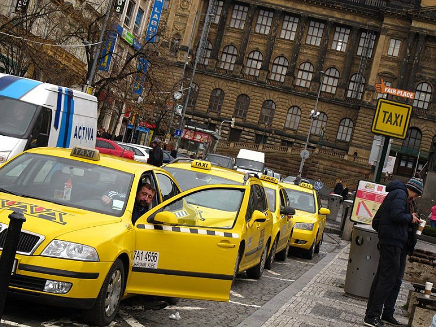 comment d barrasser les taxis tch ques de leur mauvaise r putation radio prague. Black Bedroom Furniture Sets. Home Design Ideas