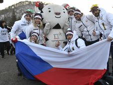 Členové české olympijské výpravy se fotí s maskotem zimních her, bílým tygrem jménem Suhorang, foto: ČTK