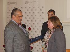 Karel Schwarzenberg předává Heleně Basler cenu Gratias agit, foto: Archiv Radia Praha
