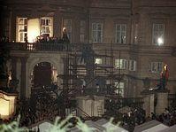 Hans Dietrich Genscher s'est présenté au balcon de l'ambassade pragoise de la RFA, 30 septembre 1989, photo: CTK