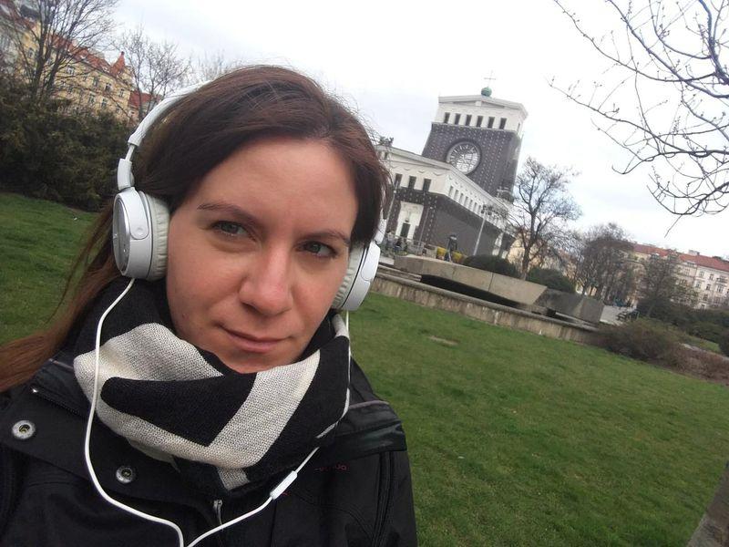 Natalia Moreno, a su espalda la Iglesia del Sagrado Corazón, foto: Ana Briceño