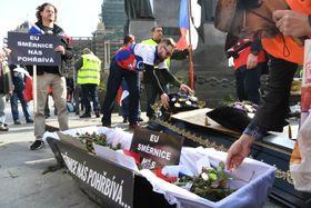 Protest gegen die neue Waffenrichtlinie der EU (Foto: ČTK)