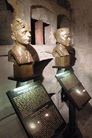 Памятник Кубишву и  Габчику в крипте кафедрального собора святых Кирилла и Мефодия, фото: Барбора Кментова