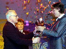 Prezident Václav Klaus (vlevo) předává cenu Tomáši Berdychovi, foto: ČTK