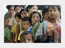 Opfer des Zyklon Nargis in Birma stehen Schlange für Lebensmittel (Foto: čTK)