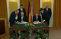 Helmut Kohl und Václav Klaus unterschreiben die Deutsch-Tschechische Erklärung (Foto: Tschechisches Fernsehen)