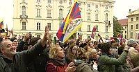 Rund 1500 Menschen warteten auf den Dalai Lama auf dem Hradschiner Platz (Foto: ČT24)