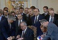 Helmut Kohl und Václav Havel haben ihre Unterschriften unter den Vertrag gesetzt (Foto: Tschechisches Fernsehen)
