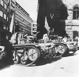 Trojice tanků střežící od začátku povstání sídlo vojenského velitelství pražských povstalců Bartoš vBartolomějské ulici, foto: www.ahmp.cz