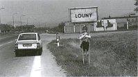 Premier retour en Tchécoslovaquie, en 1979; Laurence, la fille d'Anita, perchée sur le panneau de Louny, la ville natale de la mère d'Anita