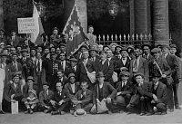 Groupe de volontaires tchèques au Palais-Royal avant leur départ pour Bayonne, 1914, photo: Collections du Sokol de Paris