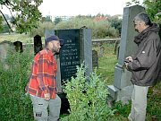 Jaroslav Klenovský (right) and stonemason Martin Růžička at the jewish cemetery in Boskovice, photo: Tomáš Trumpeš, www.boskovicko.cz