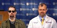 Bohdan Pomahač spolus sDallasem Wiensem, kterému transplantoval obličej.