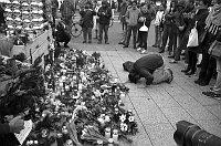 Blumen zum Gedenken der Opfer des Anschlags auf den Berliner Weihnachtsmarkt an der Gedächtniskirche (Foto: Emilio Esbardo, CC BY-SA 4.0)