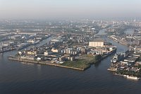 Hafen in Hamburg (Foto: Dirtsc, Wikimedia CC BY-SA 3.0)