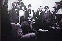Óscar Domínguez (en el centro con cabestrillo) en Checoslovaquia, foto: Tenerife Espacio de Artes