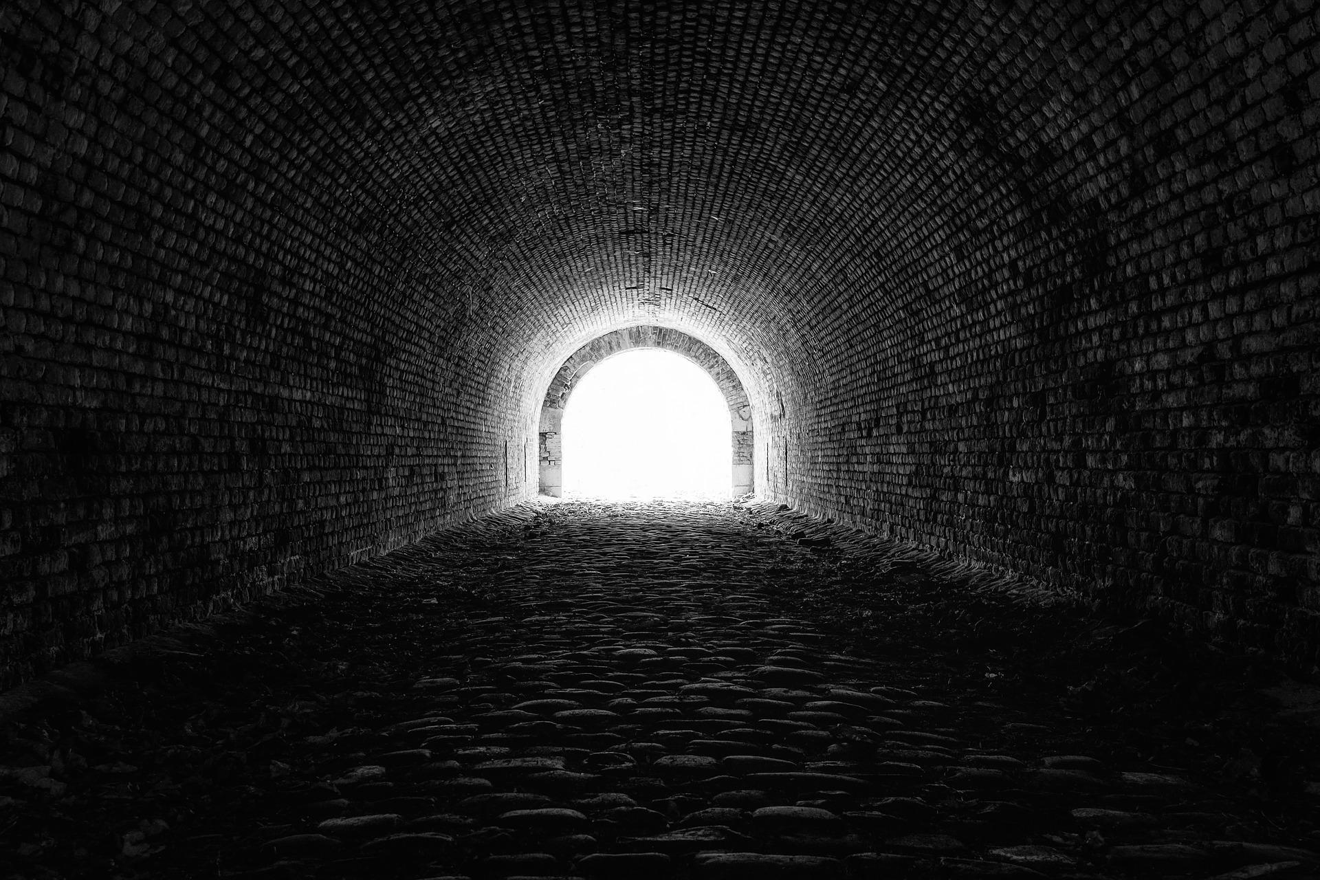 Ein Licht am Ende des Tunnels - světlo na konci tunelu (Foto: Tama66, Pixabay / CC0)