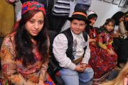 Mladí průvodci v tradičních romských oděvech (Foto: www.combatcamera.ca)