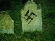 Hákový kříž namalovaný na židovském náhrobku (Foto: Bejt Praha)