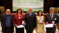 Starostka Obrnic Drahomíra Miklošová (druhá zleva) po převzetí ceny Dosta! (Foto: Rada Evropy)