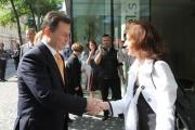 Vládní zmocněnkyně pro lidská práva Monika Šimůnková vítá předsedu vlády Republiky Makedonie Nikolu Gruevskiho (Foto: www.vlada.cz)