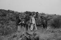 Četník Constandin a jeho syn Ioniţă se zajatým romským otrokem Carfinem (Foto: Silviu Gheţie)