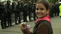 Janička na reportáži o protiromské demonstraci (Foto: Česká televize)