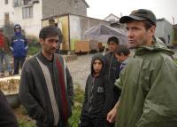 Farář Marián Kuffa s Romy při bourání staré stavby (Foto: Media Film)