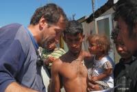 Farář Marián Kuffa (vlevo) vybírá Romy na bourání staré stavby (Foto: Media Film)