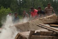 Romové při bourání staré stavby (Foto: Media Film)