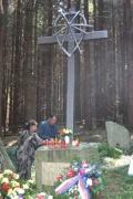 Manželé Danielovi z Blanska zapalují svíčku u památníku Romů, kteří zahynuli v táboře v Hodoníně u Kunštátu