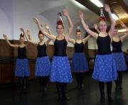 Taneční škola Talentum - tanec s karafami (Foto: www.rajko.hu)
