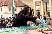 Zoran Tairović mit einer gigantischen Torte (Foto: Offizielle Facebook-Seite des Festivals Khamoro)