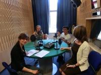 Redaktorka Iveta Demeterová s americkými studenty Tuanem, Morgan, Lauren a Jonathanem ve studiu Českého rozhlasu (Foto: Petra Zahradníková)