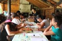 Výtvarné aktivity, při kterých děti tvořily výzdobu chatek pro filharmoniky (Foto: z.s. Miret)