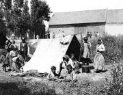 Kočovní Romové. Morava 1890. Z výstavy Krásné časy...
