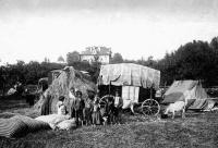Romská rodina u svého vozu. Slovensko 1939