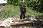 Pan Kanaloš při výrobě koryta