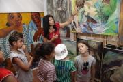 Jana Horváthová ukazuje dětem z muzejního klubu fond výtvarných řemesel (Foto: MRK)