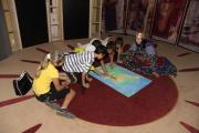 Děti z muzejního klubu si s etnografkou Janou Polákovou povídají o romské historii