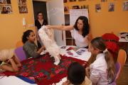 Margita Rácová seznamuje děti s fondem textilu