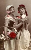 Dívky ve stylizovaných kostýmech kartářky a květinářky, lokace: neznámá. První čtvrtina 20. století. Ze sbírky Muzea romské kultury